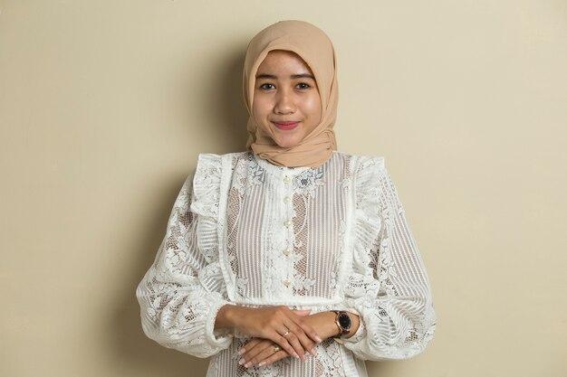 Jeune femme musulmane asiatique en foulard de tête sourire avec les bras croisés
