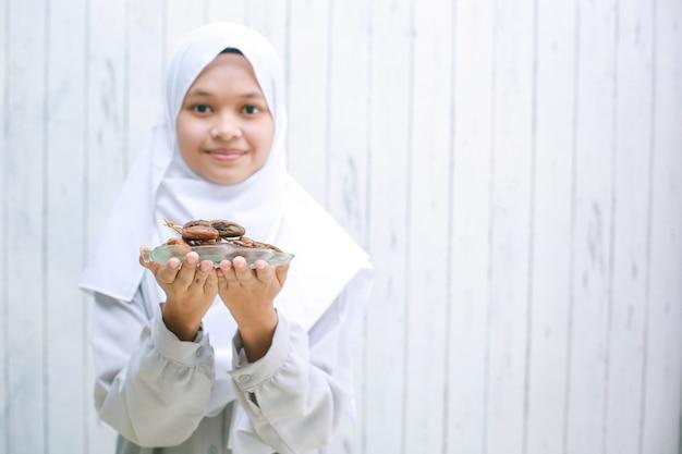 Jeune femme musulmane asiatique portant un foulard souriant à la caméra