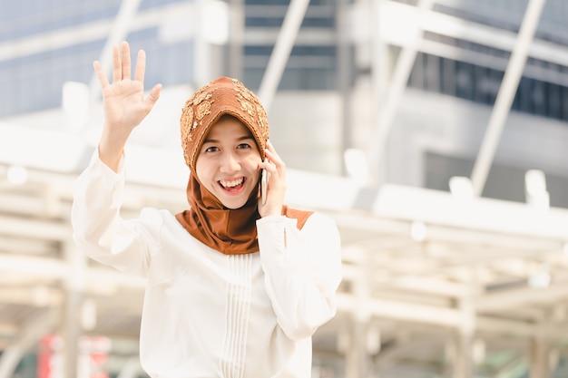 Jeune femme musulmane montre la main