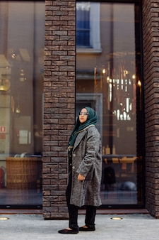 Jeune femme musulmane prenant une photo dans la rue