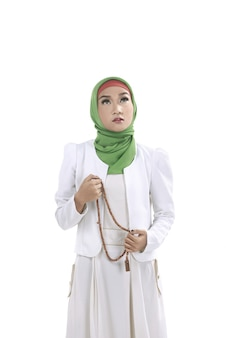 Jeune femme musulmane tenant des perles de prière