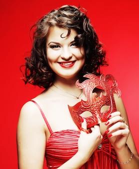 Jeune femme avec un mystérieux masque rouge