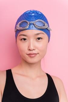 Jeune femme nageuse japonaise visage closeup isolé