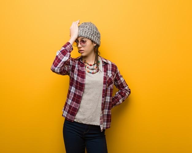 Jeune femme naturelle hippie oublieux, réaliser quelque chose