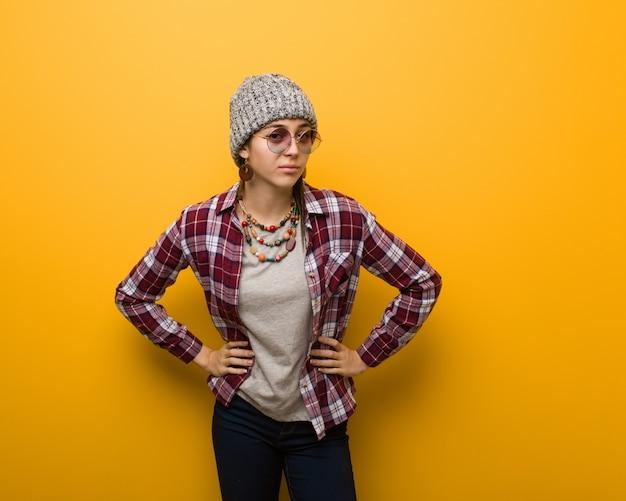 Jeune femme naturelle hippie réprimander quelqu'un très en colère