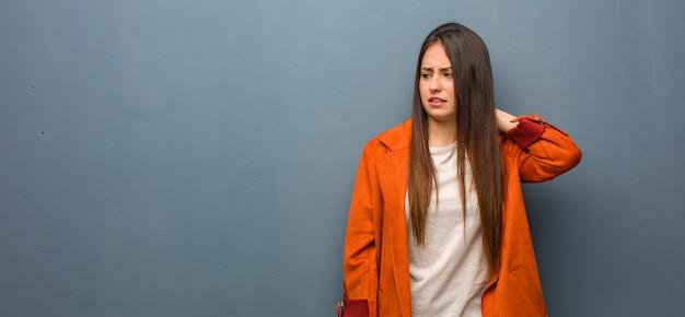 Jeune femme naturelle souffrant de douleurs au cou