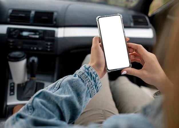 Jeune femme, navigation, téléphone portable