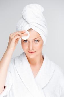 Jeune femme, nettoyage, figure, après, maquillage