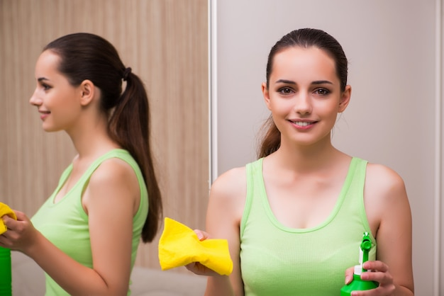 Jeune femme, nettoyage, miroir, chez soi
