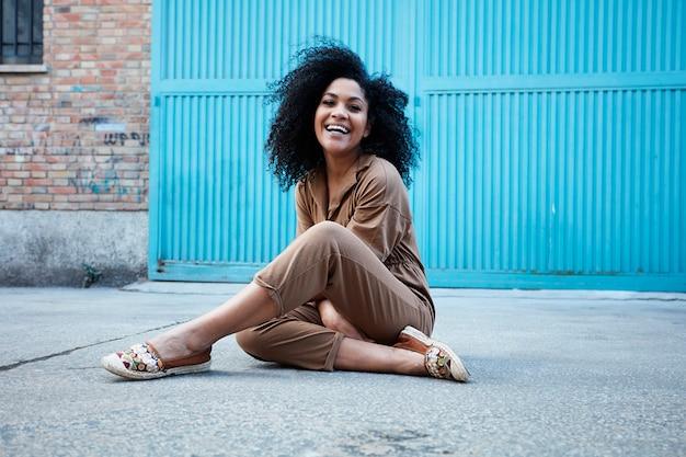 Jeune, femme noire, à, cheveux afro, rire, et, apprécier