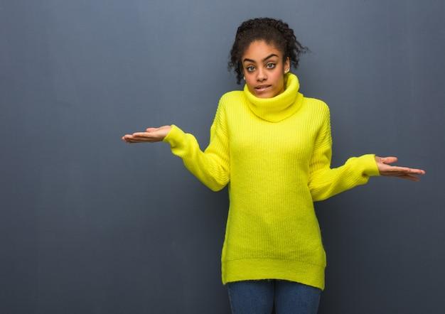 Jeune femme noire confuse et douteuse