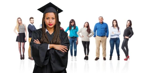 Jeune femme noire diplômée portant des tresses très en colère et contrariée, très tendue, hurlant furieuse, négative et folle