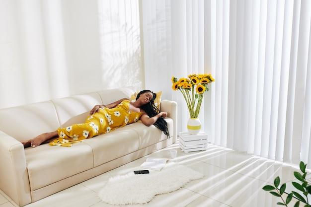 Jeune femme noire, dormir, sur, sofa