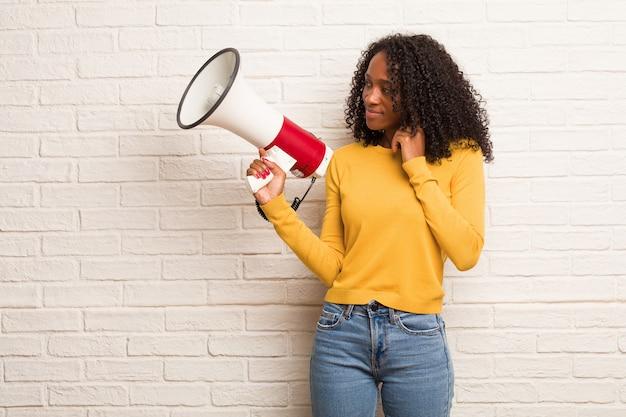 Jeune femme noire douteuse et confuse, pensant à une idée ou inquiète de quelque chose