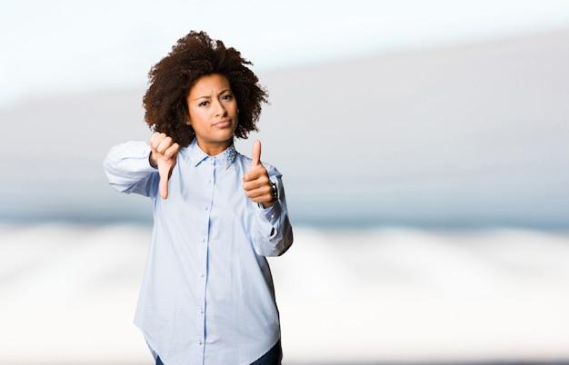 Jeune femme noire faisant un geste contradictoire
