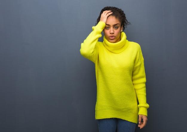 Jeune femme noire fatiguée et très fatiguée
