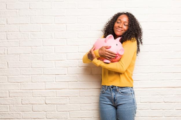 Jeune femme noire fière et confiante, pointer du doigt, exemple à suivre, concept de satisfaction, arrogance et santé