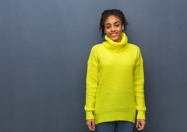 Jeune femme noire joyeuse avec un grand sourire