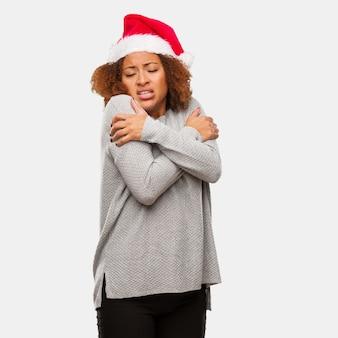 Jeune femme noire, porter, santa, chapeau, froid, dû, basse température