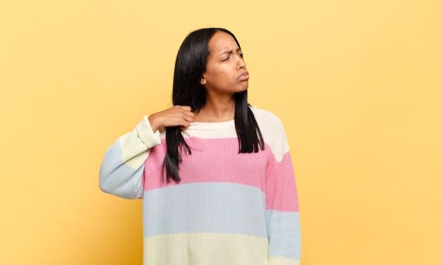 Jeune femme noire se sentant stressée, anxieuse, fatiguée et frustrée, tirant le cou de chemise, à la frustration de problème