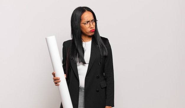 Jeune femme noire se sentant triste, bouleversée ou en colère et regardant de côté avec une attitude négative
