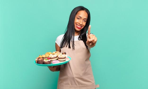 Jeune femme noire souriante et semblant amicale