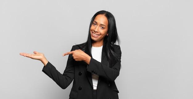 Jeune femme noire souriante