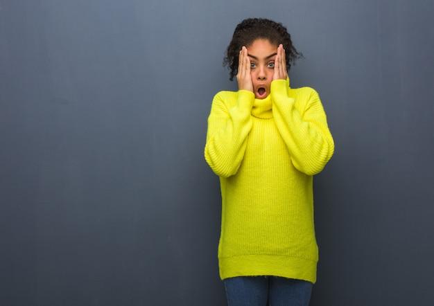 Jeune femme noire surprise et choquée