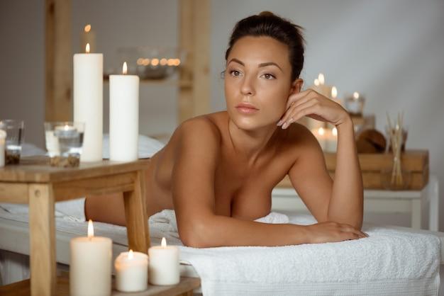 Jeune femme nue se détendre dans le salon spa.