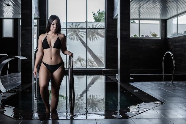 Jeune femme obtenant la procédure de l'eau dans le club de spa
