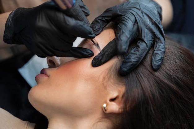 Jeune femme obtenant un traitement de beauté pour ses sourcils
