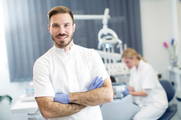 Jeune femme, obtenir, traitement dentaire, pendant, dentiste, poser