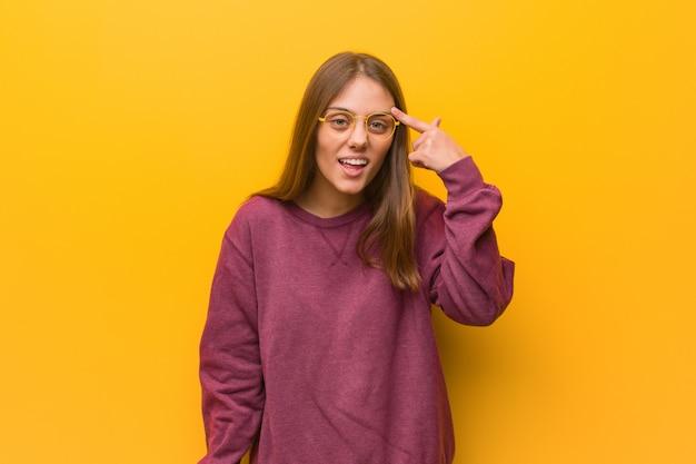 Jeune femme occasionnelle faisant un geste de déception avec le doigt