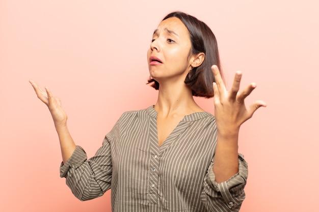 Jeune femme opérant ou chantant lors d'un concert ou d'un spectacle