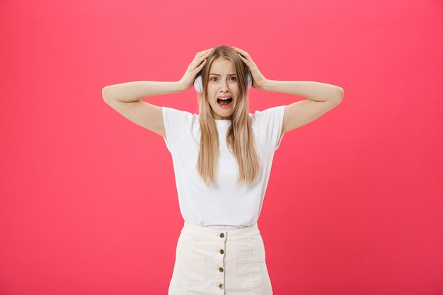 Jeune femme opérateur du centre d'appels couvrant les oreilles en ignorant les bruits gênants