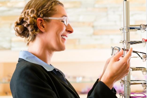 Jeune femme à l'opticien avec des lunettes