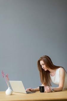 Jeune, femme, ordinateur portable, bureau