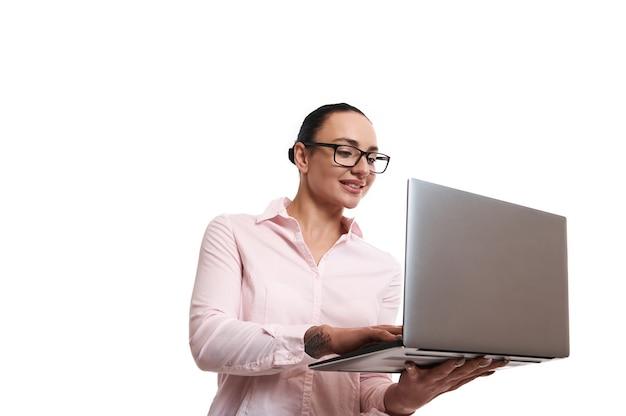 Jeune femme avec un ordinateur portable dans ses mains. copier l'espace