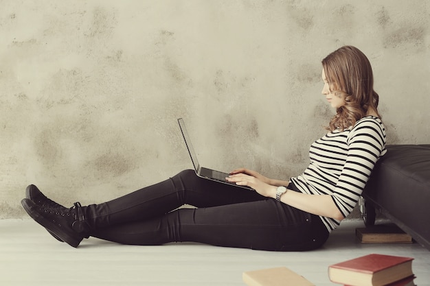 Jeune femme avec ordinateur portable pc