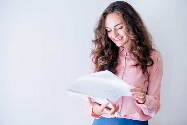 Jeune femme avec ordinateur portable en studio