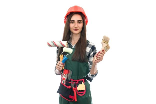 Jeune femme avec des outils de peinture isolés