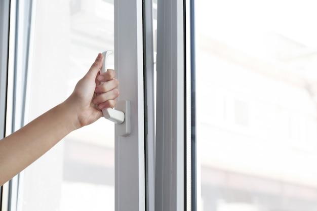 Jeune femme, ouverture fenêtre, dans, plat