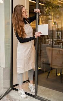 Jeune femme, ouverture restaurant