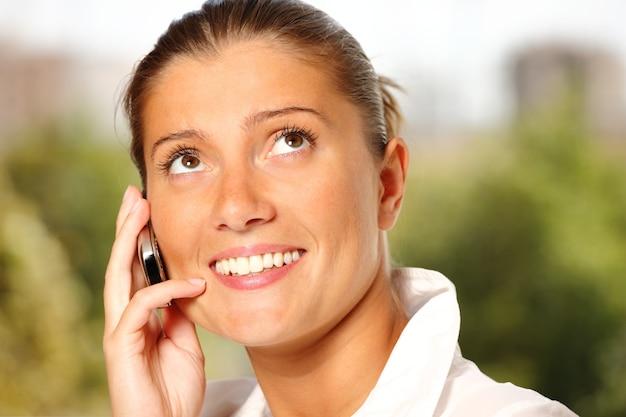 Jeune femme parlant au téléphone portable