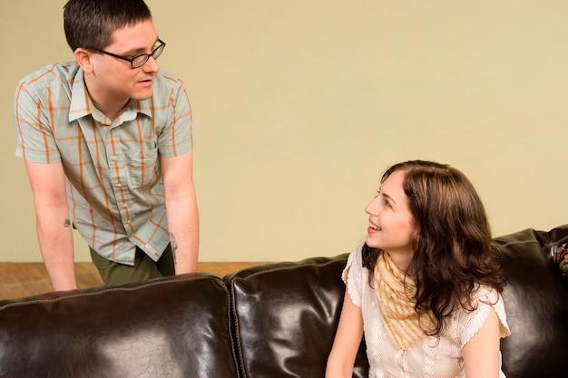 Jeune femme parlant à l'homme