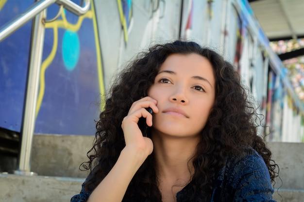 Jeune femme parlant sur son téléphone portable.
