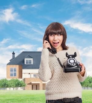 Jeune femme parlant avec un téléphone cru extérieur