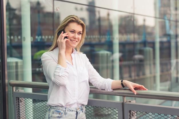 Jeune femme parlant sur un téléphone mobile