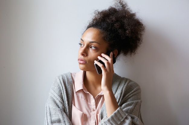 Jeune femme parlant sur téléphone mobile