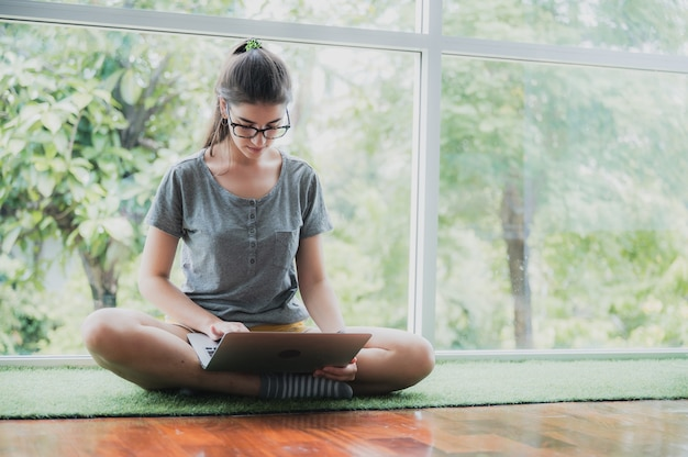 Jeune femme parlant avec vidéoconférence à la maison, technologie de communication à distance en ligne pour appeler par ordinateur portable sur le cyberespace, mode de vie d'une femme heureuse de travailler et de rester isolée à distance